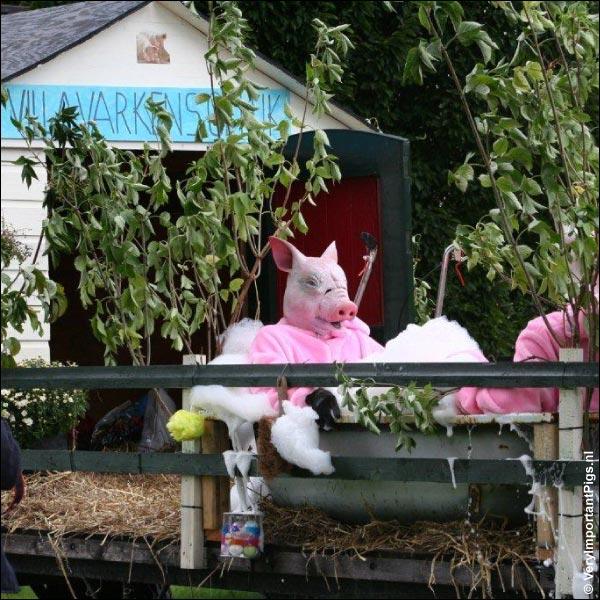varkens La Mama & Edwin in badkuip met schuim voor Villa Varkensgeluk op praalwagen tijdens volksspelen in Heerhugowaard