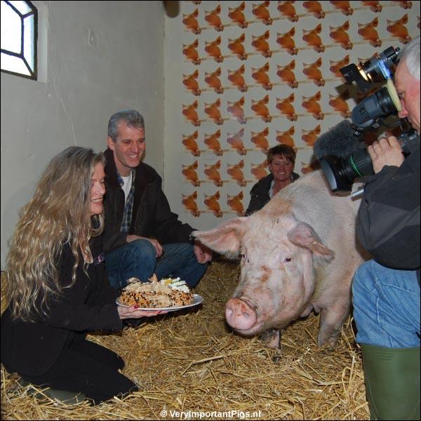 Dafne Westerhof verwelkomt La Mama met taart in Villa Varkensgeluk